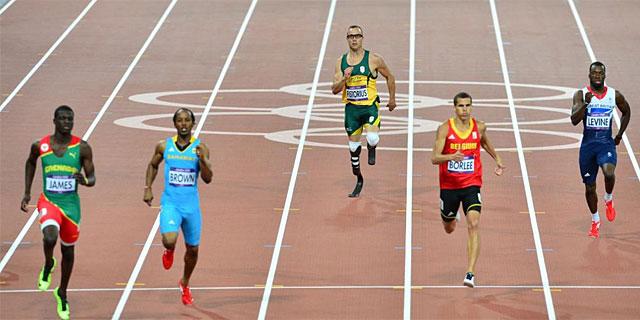 Pistorius, último en su serie de 400 metros. (AFP)
