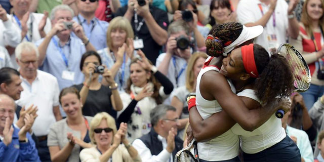 Las hermanas Williams, tras su victoria en la final ol�mpica de dobles. (AFP)
