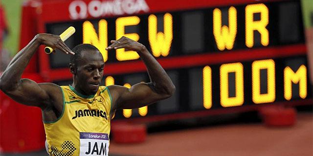 Bolt celebra la victoria de Jamica en el 4x100. | Reuters