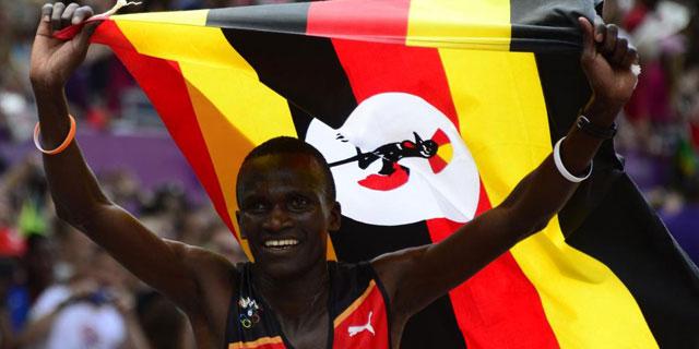 El nuevo campeón olímpico de maratón celebra su oro.  Afp