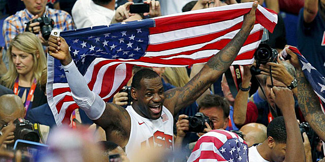 LeBron James festajendo el oro en Londres. (REUTERS)