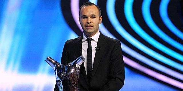 Iniesta posa con el trofeo en el Forum Grimaldi de Mónaco.   Afp