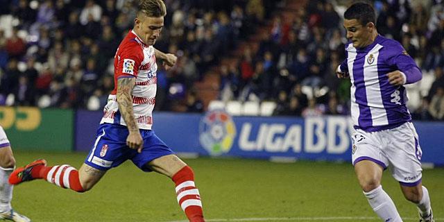 Floro Flores realiza un disparo en un partido ante el Valladolid. | Efe