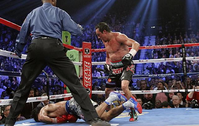 Márquez, tras asestar el último golpe a Pacquiao. | Reuters