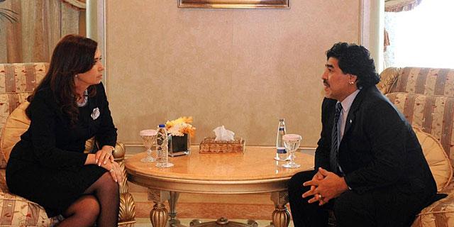 Maradona con la presidenta de Argentina Cristina Fernandez de Kirchner | AFP