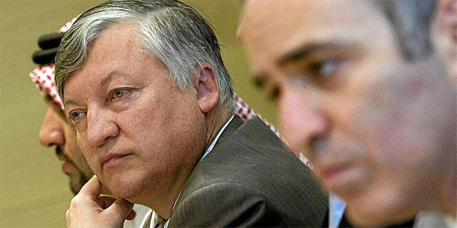 Karpov, junto a Kaspárov, en una rueda de prensa. (AFP)