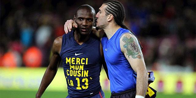Pinto felicita a Abidal tras el regreso del francés al Nou Camp ante el Mallorca. (Foto: Efe)