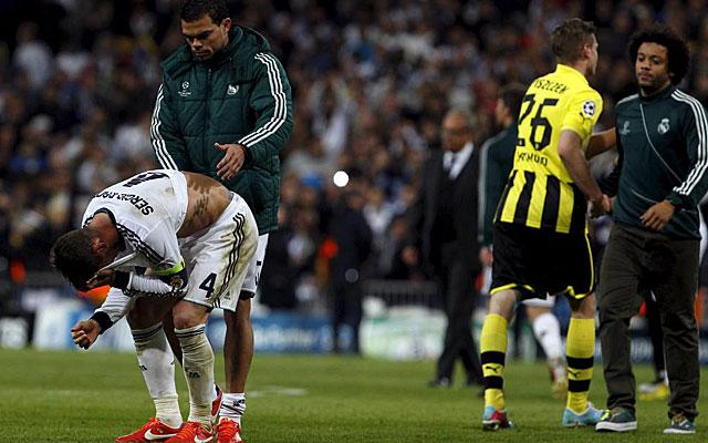 Ramos, consolado por Pepe al final del partido. (EFE)
