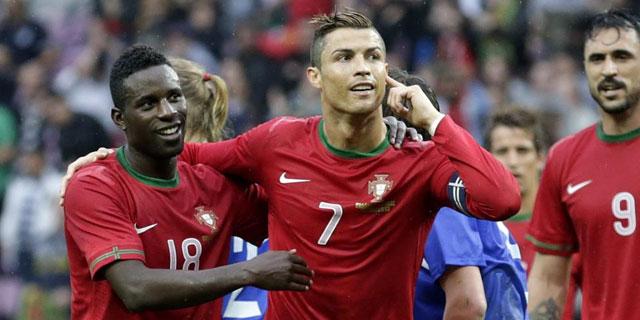 Crsitiano celebra el gol de la victoria con su compañero Varela. | EFE