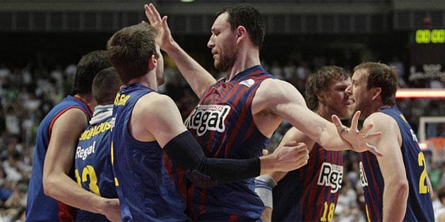Los jugadores del Barcelona celebran la victoria en el Palacio de los Deportes. | Efe