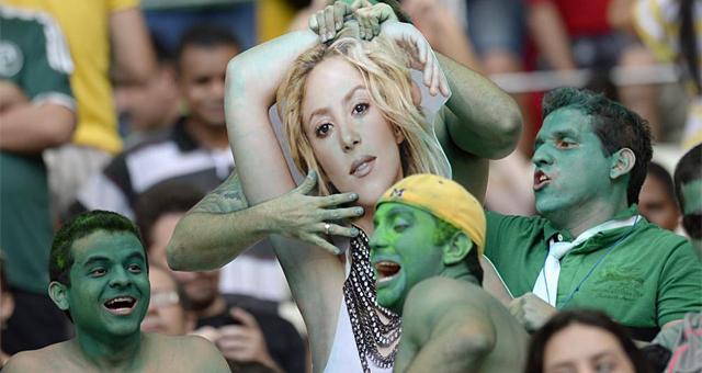 Aficionados de Brasil 'juegan' en la grada con una imagen de Shakira. | AFP