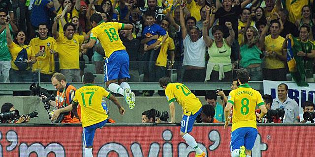 Paulinho celebra el tanto de la victoria junto al resto de sus compañeros. (REUTERS)