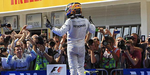 Hamilton celebra su victoria en el GP de Hungría. (Reuters)