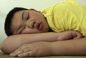 Imagen de un joven pekinés con sobrepeso mientras duerme (Foto: Reuters).