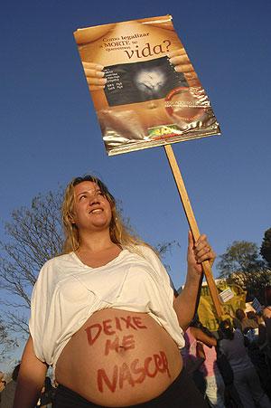Pie: Una mujer embarazada participa en una protesta antiaborto en Brasilia. (Foto: Roberto Jayme | REUTERS)
