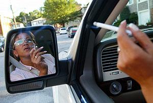 Una mujer fuma en su coche. (Foto: REUTERS)