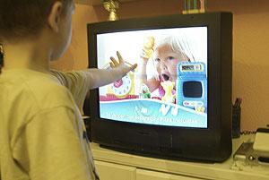 Un niño ve anuncios en la televisión. (Foto: Julio Palomar | El Mundo)
