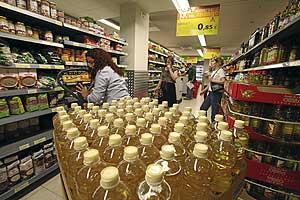 Algunos comercios ya han empezado a retirar las botellas de aceite de girasol. (Foto: Sergio González)