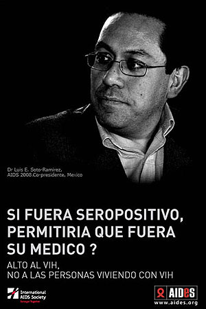 El investigador mexicano Luis E. Soto-Ramírez en una campaña contra el tabú del sida.
