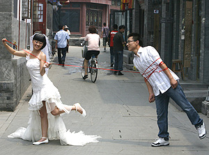 Una pareja recién casada posa en Pekín (Foto: Reuters | Claro Corte)
