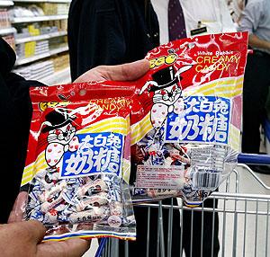 Caramelos de la misma marca retirada en un supermercado de Malasia (Foto: AFP)