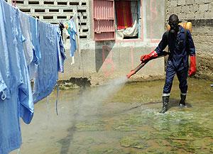 Un hombre desinfecta una casa inundada en Senegal para evitar la proliferación de mosquitos. (Foto: AFP)
