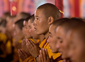 Monjes budistas rezando en Nepal (Foto: Manish Swarup | AP)
