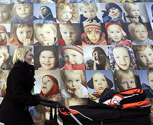 Cartel con retratos infantiles en Finalndia (Foto: AFP | Oliver Morin)