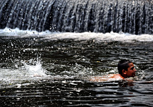 Un ni&#xF1;o se refresca nadando. (Foto: AFP | Dimitar Dilkoff)