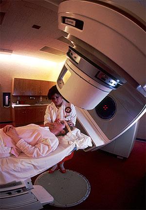 Una paciente se prepara para la radioterapia (Foto: NCI | Michael Anderson)