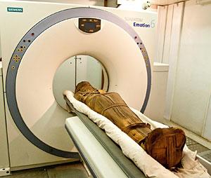 La momia de Esankh bajo el escáner. (Foto: Michael Miyamoto   UC San Diego)