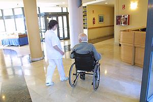 Un anciano en silla de ruedas. (Foto: EL MUNDO)