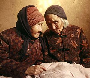 Dos gemelas chinas de 104 años. (Foto: AFP)