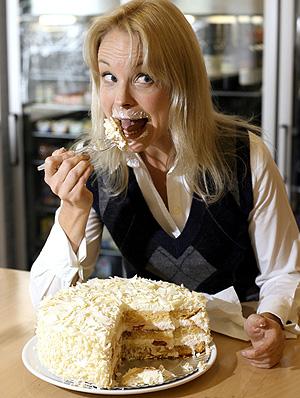 Una mujer se come un pedazo de tarta (Foto: Alberto Cuéllar)