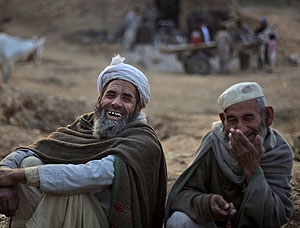 Dos hombres paquistaníes riéndose. (Foto: AP | Muhammed Muheise)