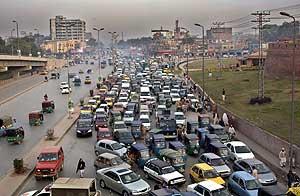 Atasco de tráfico en Peshawar (Pakistán). (Foto: EFE)