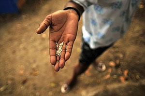 Una mujer haitiana muestra un poco de arroz. (Foto: Ulises Rodríguez | EFE)