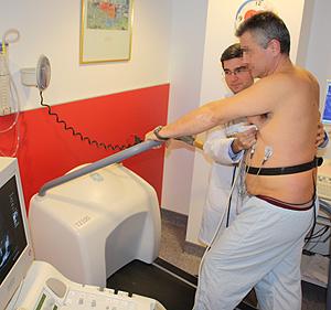El doctor Bouzas realiza la prueba a un paciente (Foto: Hospital A Coruña)