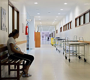 Una joven embarazada en una clínica. (Foto: Afp)