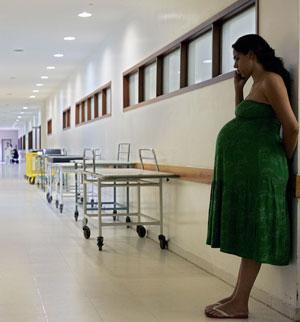 Una mujer embarazada espera en un hospital (Foto: El Mundo)