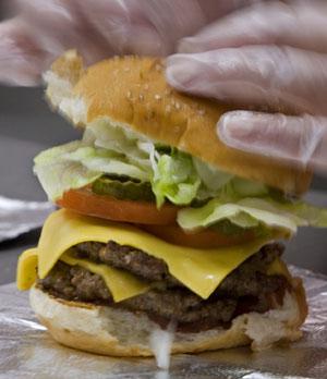 Preparación de una hamburguesa. (Paul J. Richards)