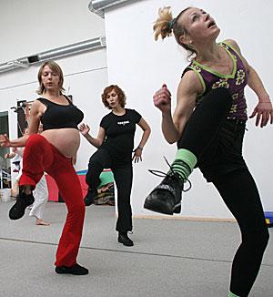 Mujeres practicando ejercicio. (Foto: Alexander Drozdov)