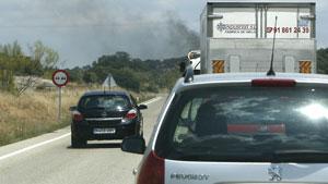Un conductor adelanta en una zona prohibida. (Foto: Alberto  Cuéllar)