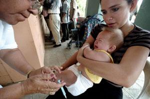 Un bebé recibe una vacuna. (Foto: EL MUNDO)
