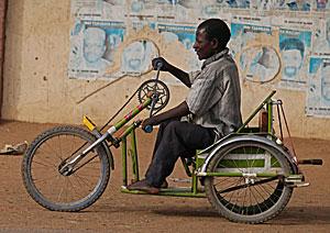 Un hombre, afectado de polio, subido a una bicicleta en Kano, Nigeria. (Foto: Sunday Alamba | AP)