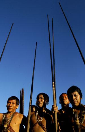 Miembros de la tribu Matis en un encuentro celebrado en Brasil en 2004 (Foto: Douglas Engle)