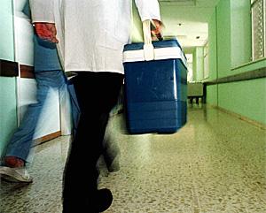 Un sanitario transporta un órgano para trasplante (Foto: Marcelo del Pozo)