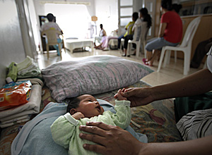 Una madre cuida de su hijo en el Líbano (Foto: AFP | Joseph Eid)