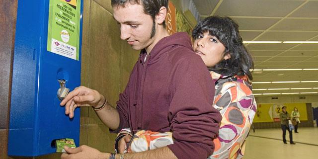 Una pareja comprando un preservativo. | Gonzalo Arroyo