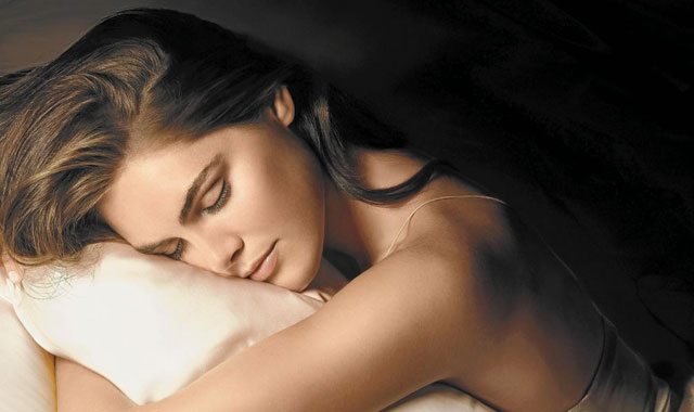 Una mujer, en la cama. | El Mundo